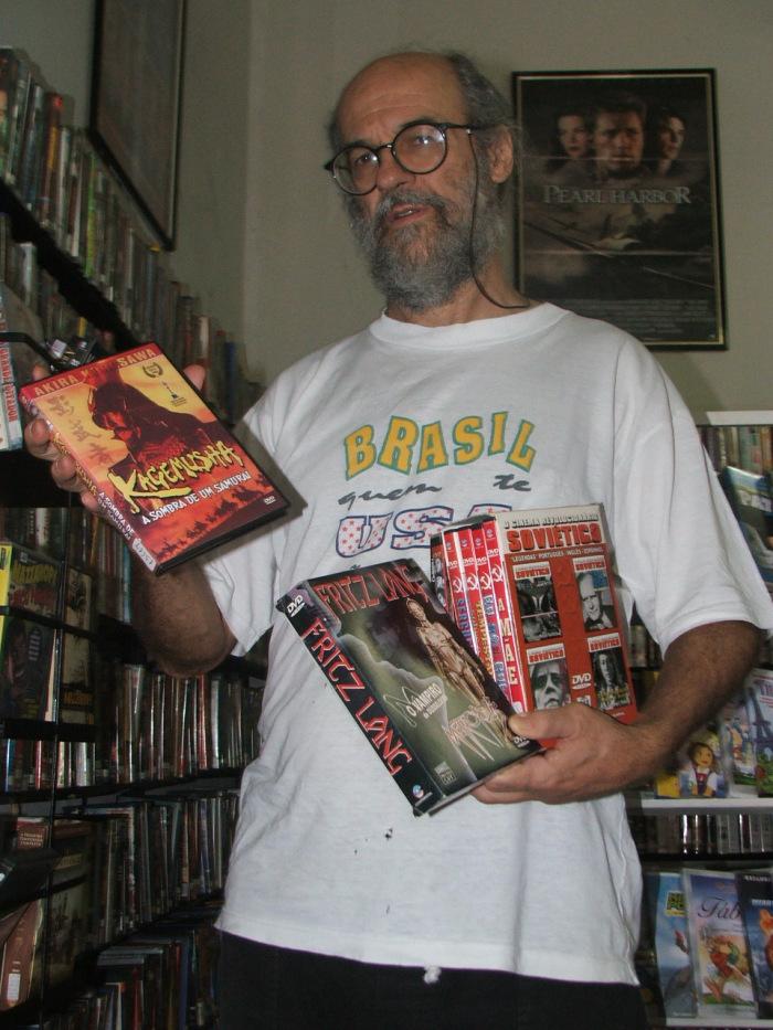 Téia com alguns de seus títulos do cinema humanista japonês, expressionista alemão e revolucionário soviético (Foto: David Arioch)