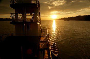 A balsa, solitária, ainda percorre as águas do Rio Paraná (Foto: Reprodução)