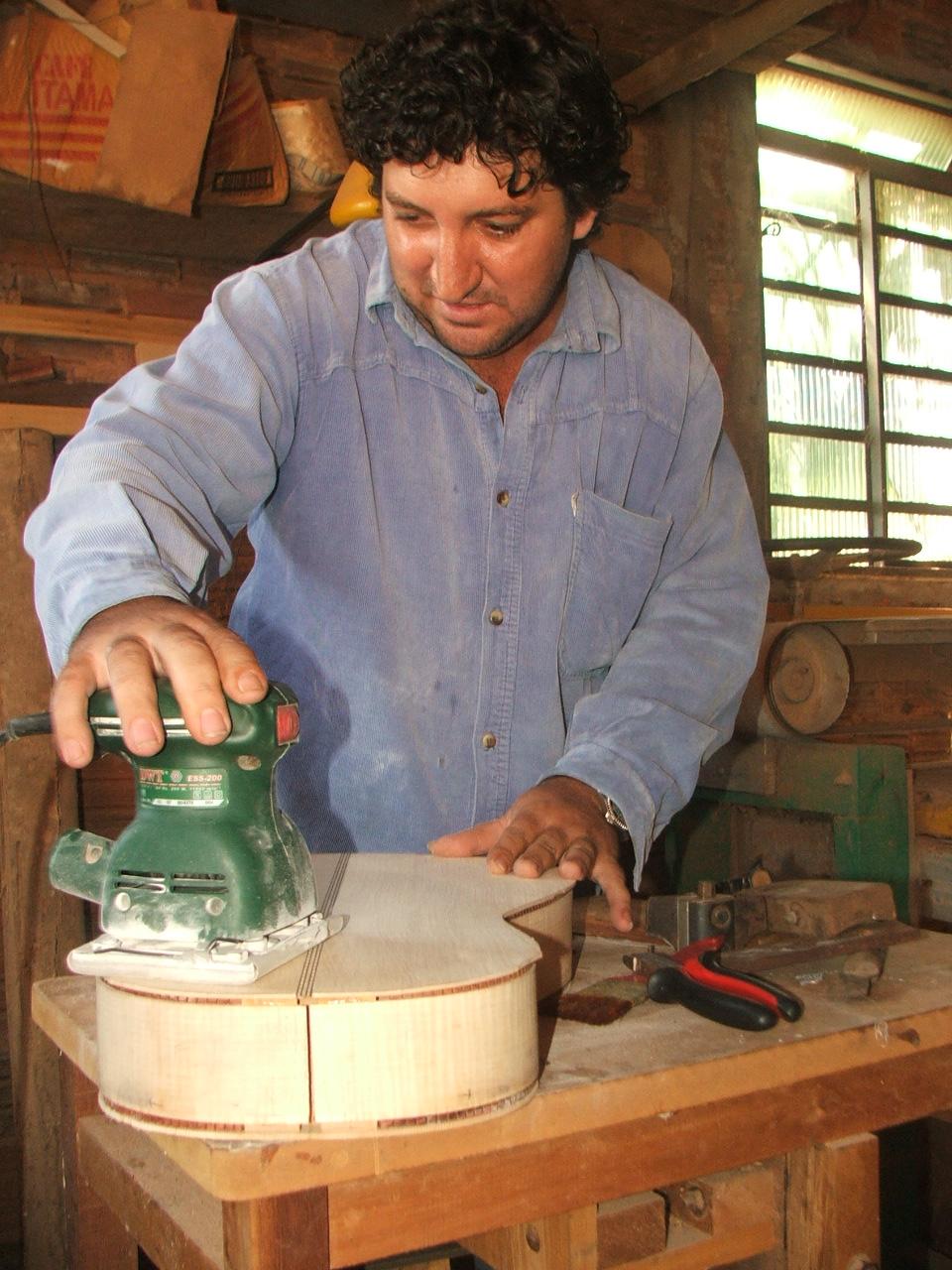Luthier lixa uma viola caipira (Foto: David Arioch)