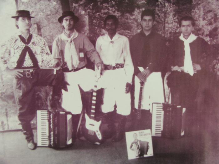 Irineu Pantarotto (o primeiro da direita para a esquerda) na época do Grupo Patriotas do Fandango (Foto: Reprodução)