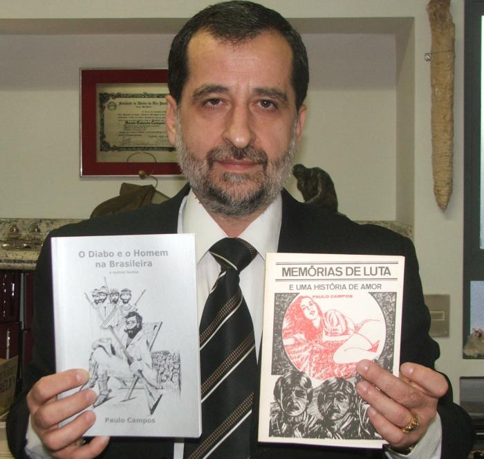 Paulo Campos com as duas produções literárias que lhe renderam prestígio (Foto: David Arioch)