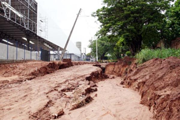 Erosões hídricas no perímetro urbano de Paranavaí (Crédito: Diário do Noroeste)