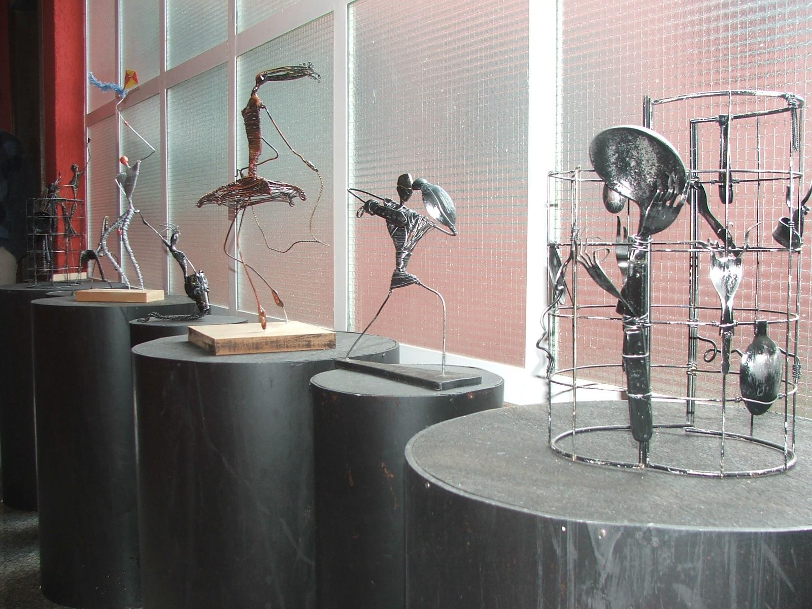 Algumas das obras do artista estão em exposição no corredor do Teatro Municipal (Foto: David Arioch)
