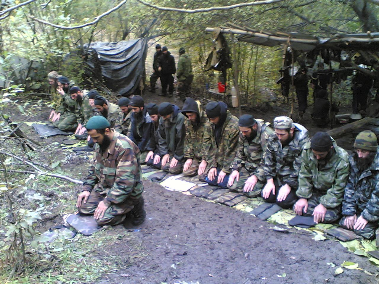 Tchetchenos orando antes da batalha (Foto: Reprodução)