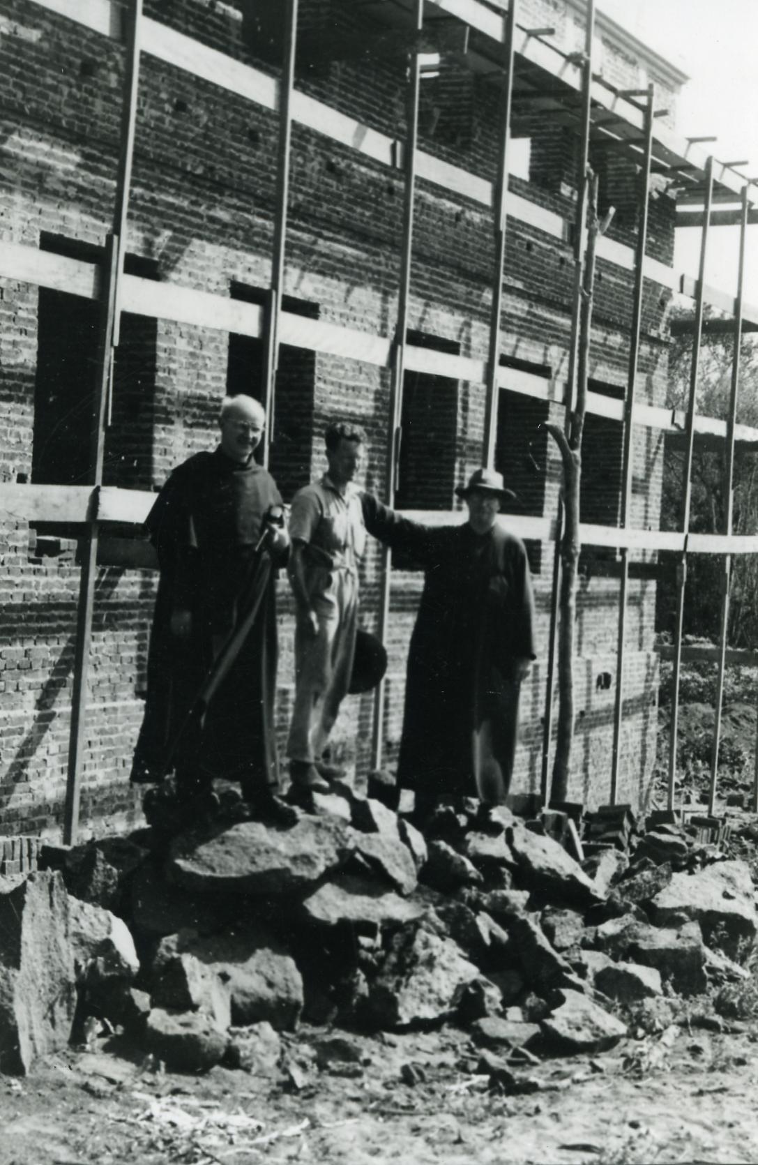 Frei Burcardo Lippert e frei Bonaventura Einberger na construção do seminário em 1954 (Acervo: Ordem do Carmo)