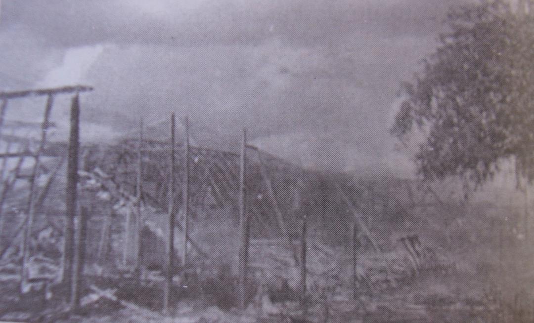 No dia do conflito, católicos incendiaram o Centro de Umbanda de Terra Rica (Foto: Reprodução)