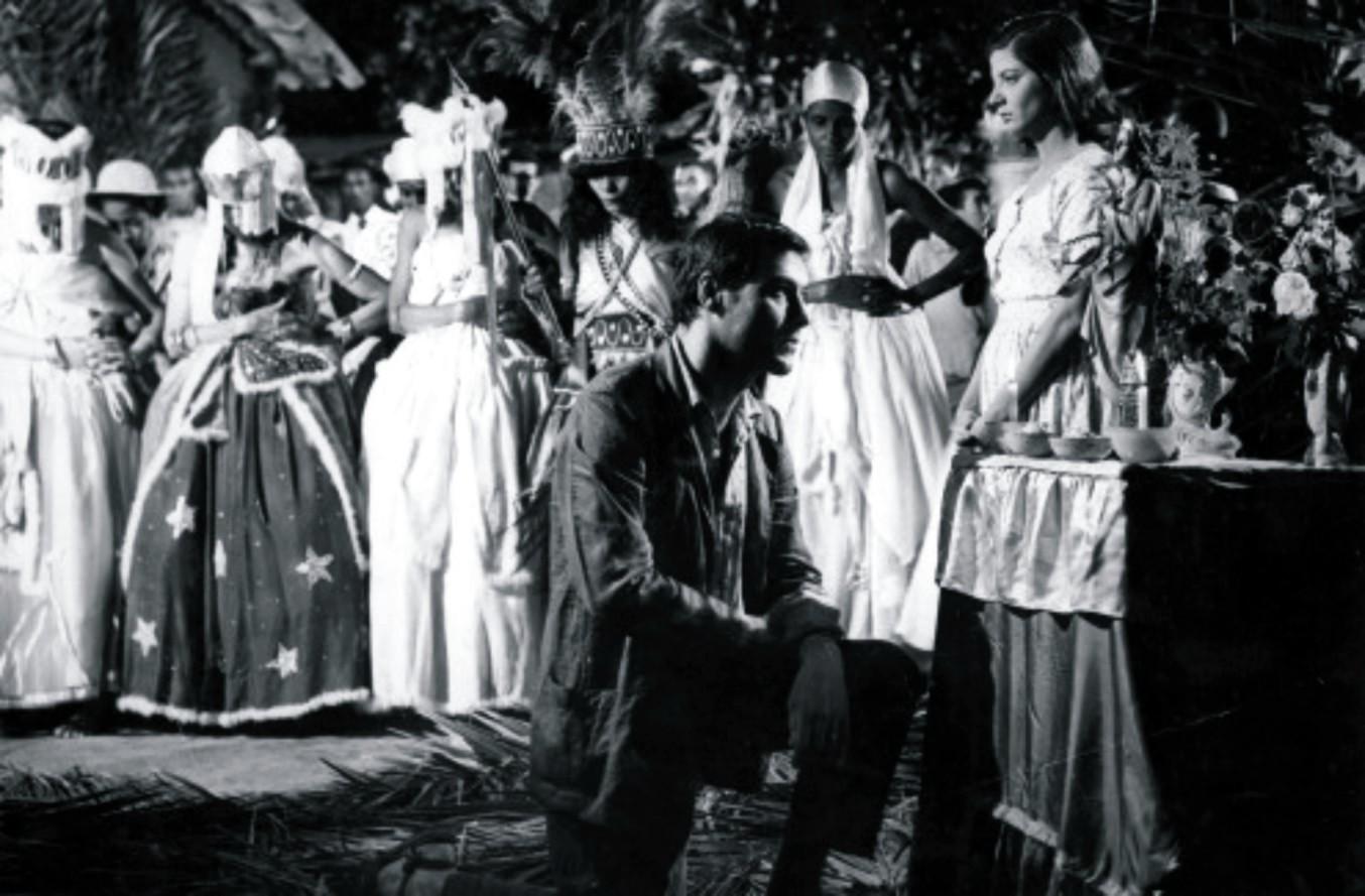 Filme apresenta o contraste entre símbolos religiosos europeus e africanos (Foto: Reprodução)