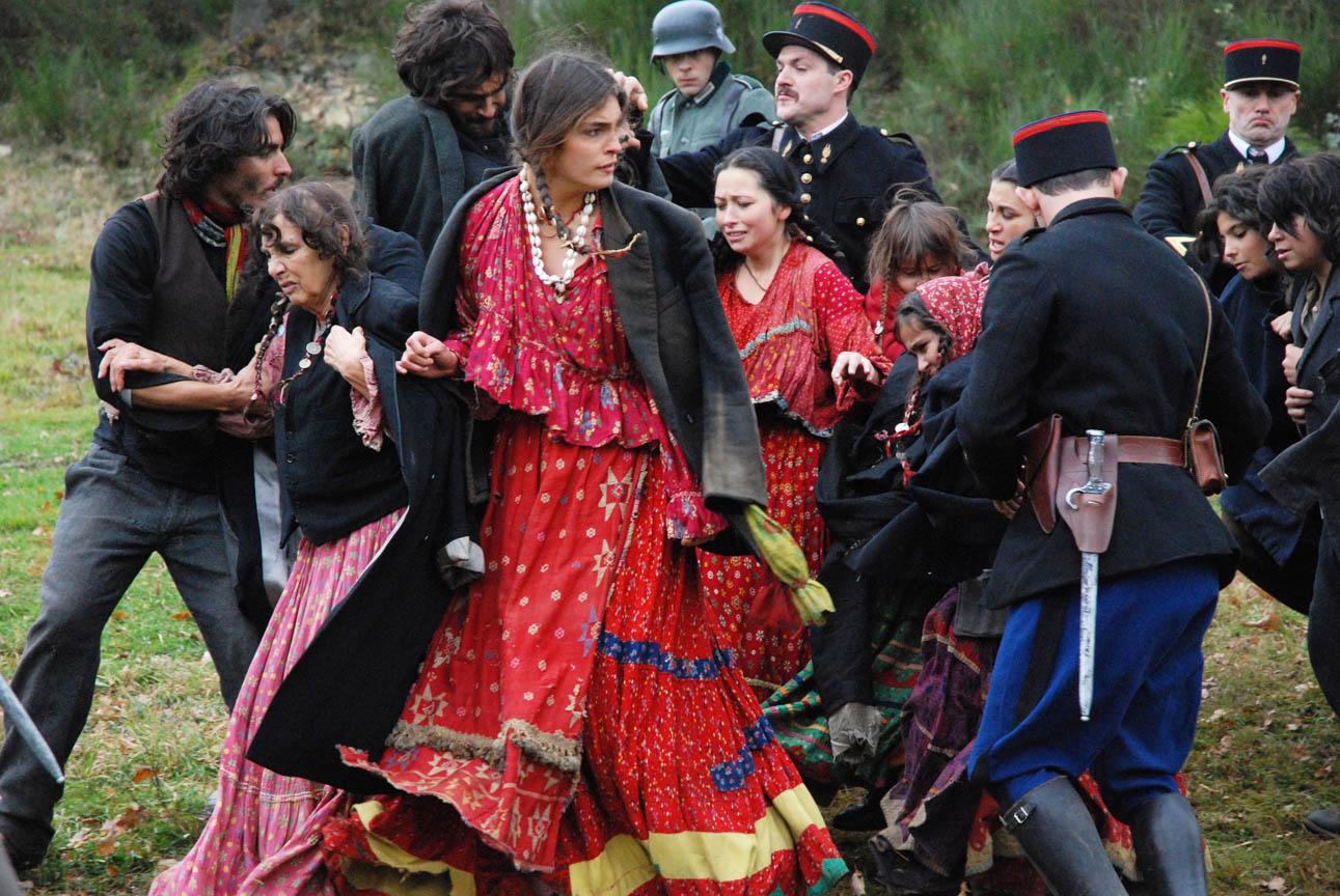 Na obra, os romani são perseguidos pelo Governo Vichy (Foto: Reprodução)