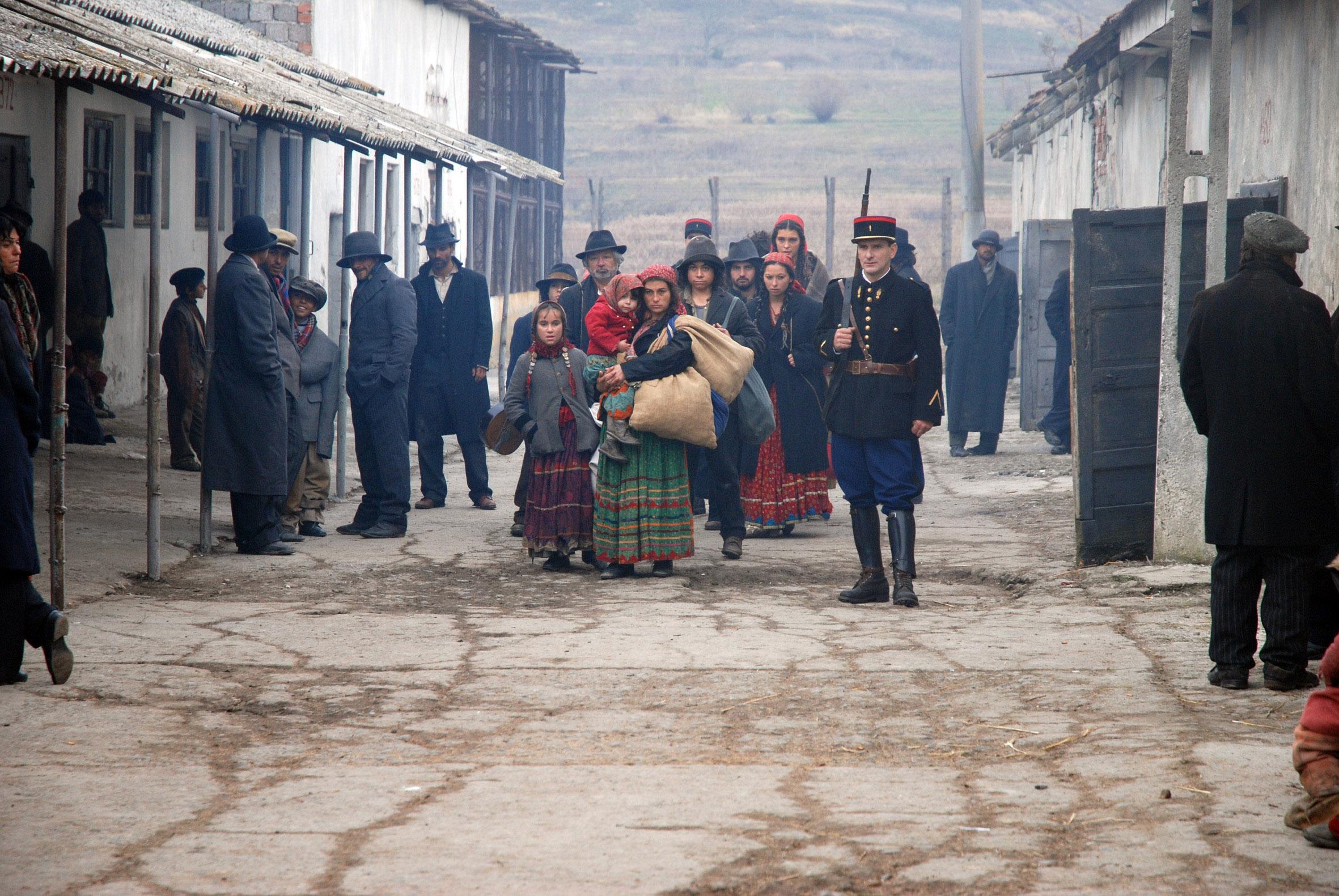 Cena em que os roma chegam ao centro comercial do vilarejo (Foto: Reprodução)