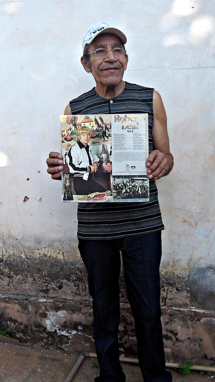 Paulo Magalhães com o Volume 8, de Roberto Leal, de quem foi parceiro por 13 anos (Foto: David Arioch)